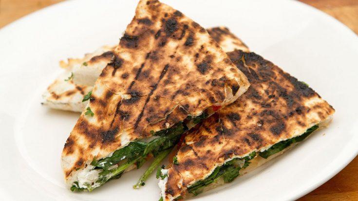Quesadillas au fromage de chèvre et épinards sur le BBQ
