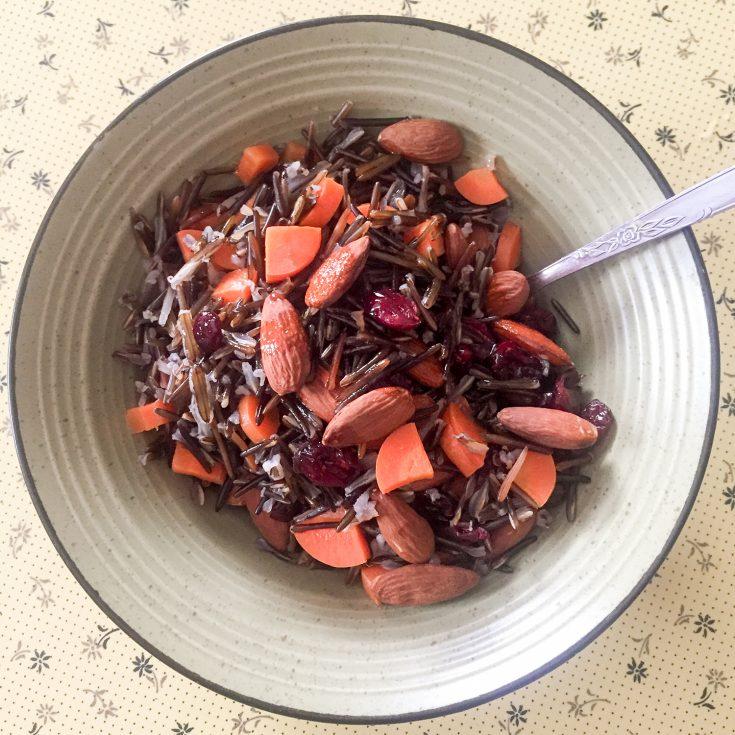 Salade de riz sauvage, amandes, canneberges et carottes