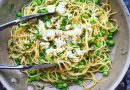 Spaghettis aux pois verts, menthe et fromage fêta