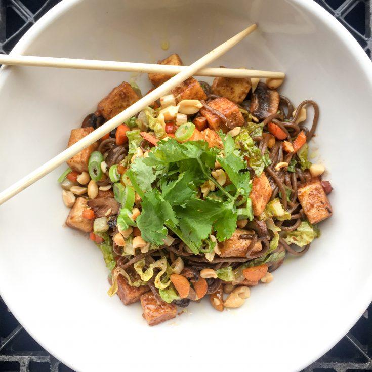 Nouilles soba, sauce au chocolat aigre-doux et légumes croquants
