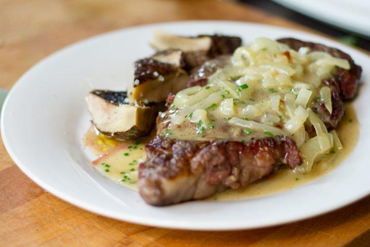 Steak de faux-filet sur le BBQ à l'oignon et à la bière: