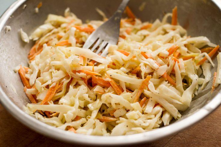 Salade de chou (coleslaw) mi-crémeuse mi-traditionnelle