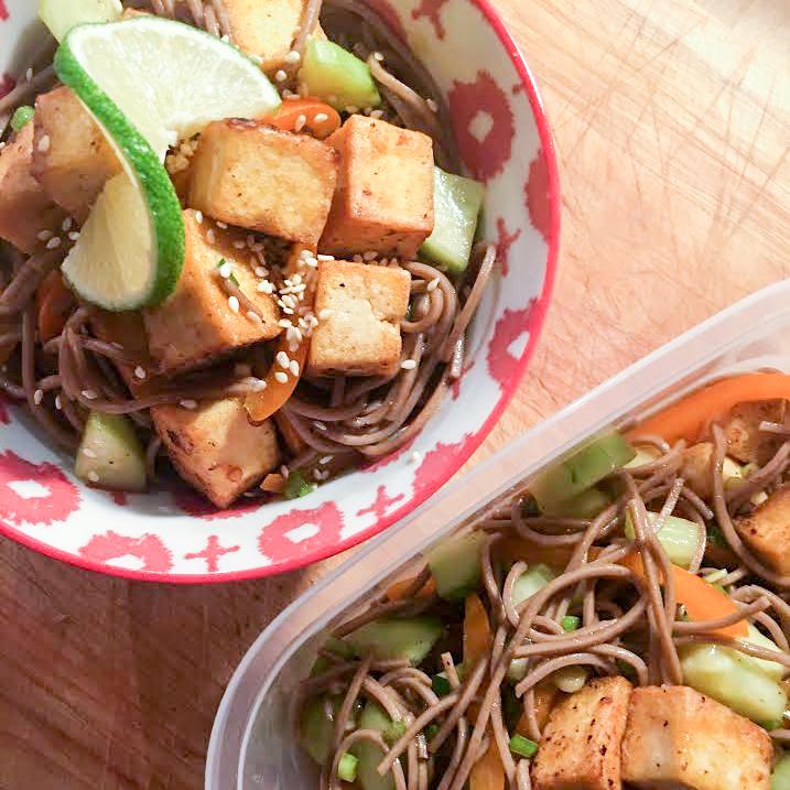 Salade tiède de tofu épicé, nouilles soba et légumes croquants