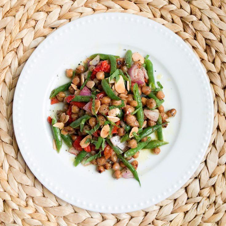 Salade de pois chiches, poivrons rôtis, haricots verts et amandes