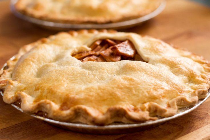 Tarte aux pommes et sauce BBQ cuite sur le BBQ
