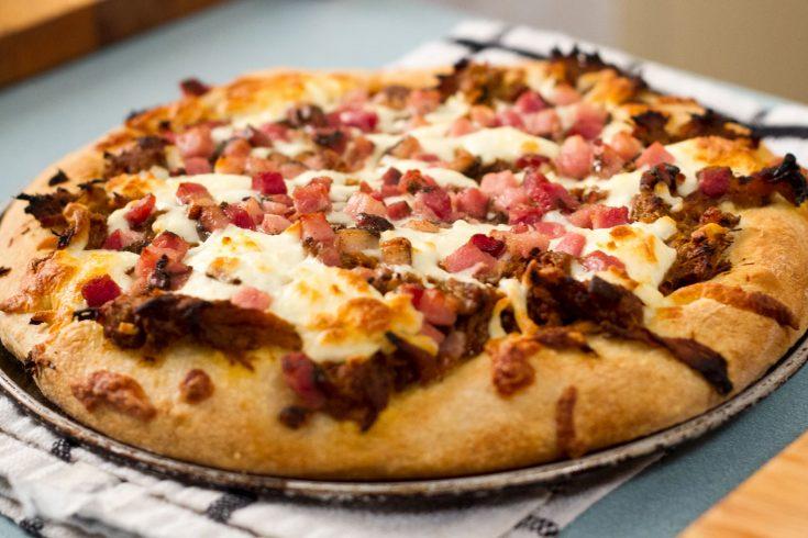 Pizza à l'effiloché de porc et pancetta