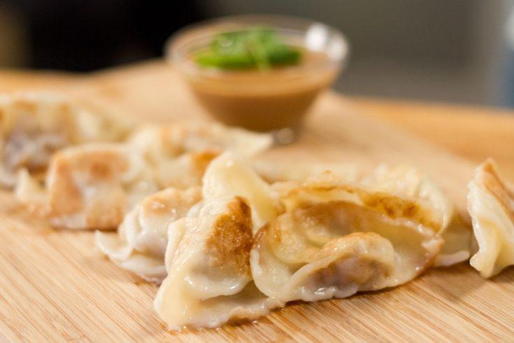 Dumplings au porc et crevettes & sauce aux arachides selon Wille