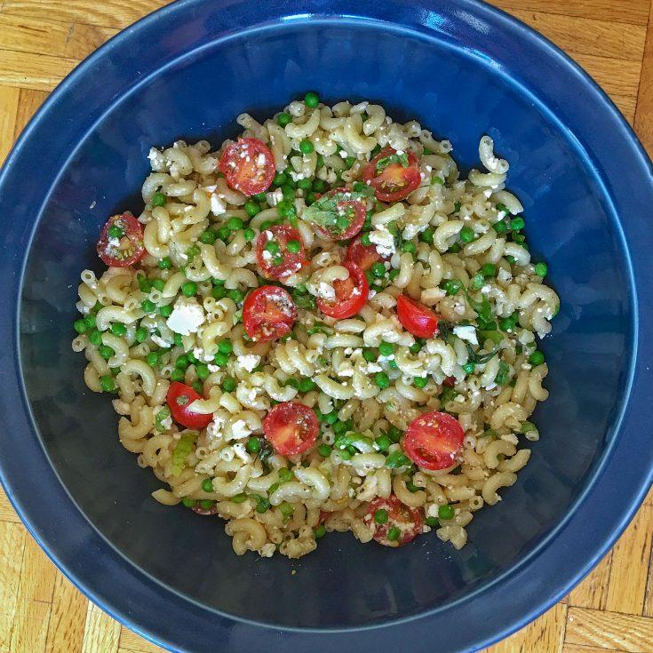 Salade de macaroni, tomates, pois verts et feta