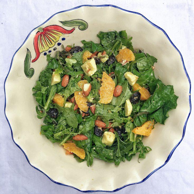 Salade d'oranges, canneberges, avocats et amandes