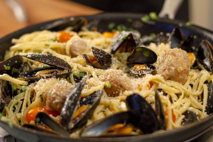 Linguine aux moules et à la saucisse italienne