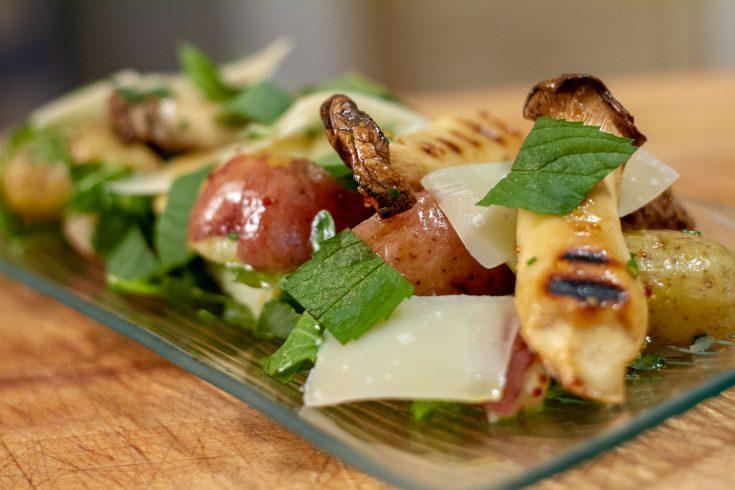 Salade de pommes de terre grelots, champignons grillés et vinaigrette à l'huile de truffe