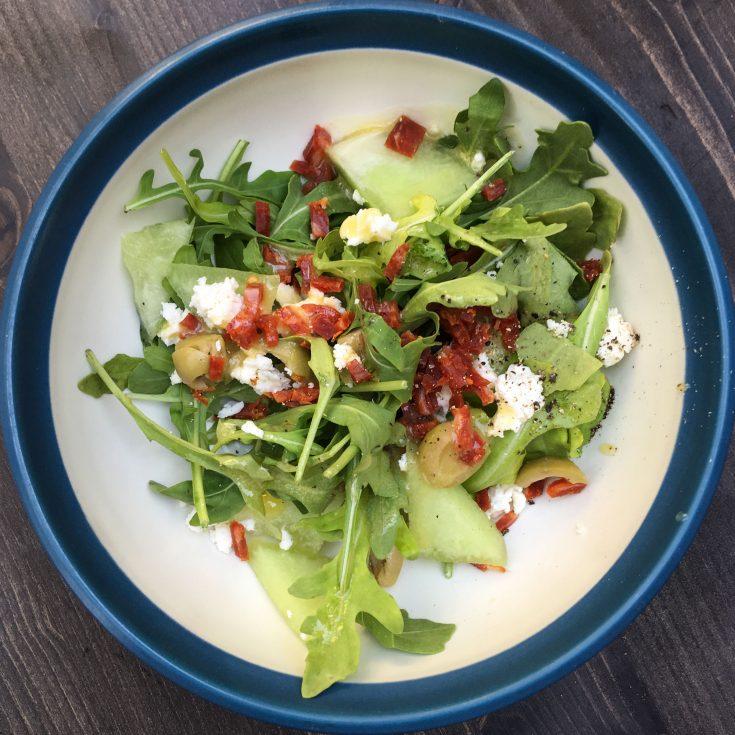 Salade de roquette, melon, feta et saucisson