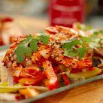 Salade de légumes croquants avec crevettes grillées à la coréenne