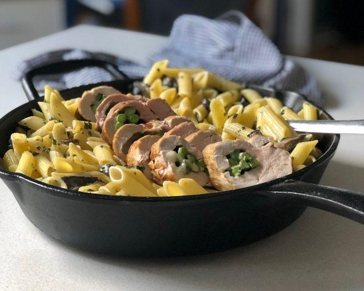 Filet de porc farci au fromage mozzarella et asperges avec penne sauce forestière
