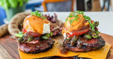 Burger déconstruit aux champignons et brie, servi sur portobellos grillés