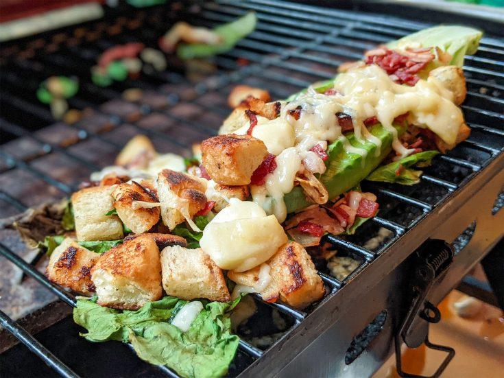 Coeur de romaine farci et gratiné au bacon, pepperoni frit & fromage sur le BBQ