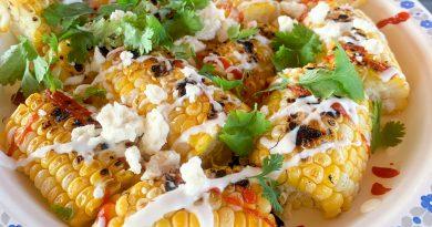 Maïs grillé au feta, coriandre et sriracha